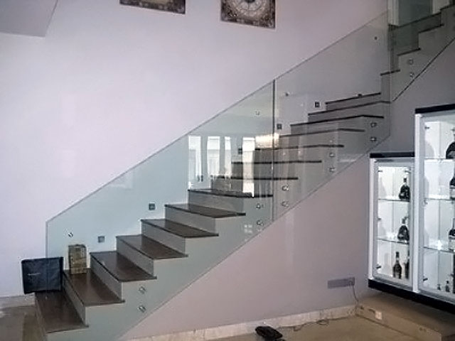 Staircase With Glass Clip System